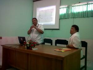 Dokter Gusti menyampaikan presentasi