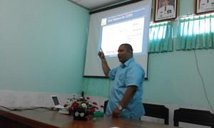 dr. Gusti Hariyadi Maulana, SpPD sedang memberikan penjelasan