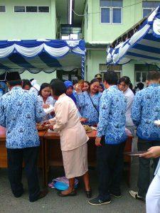 Bu Kamala Demen salah seorang pensiunan karyawan RSUD di undang ikut upacara HUT RI juga ikut menikmati sarapan pagi